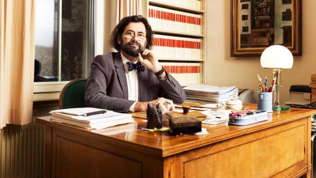 Thomas Geiser in seinem Büro mit Fliege.
