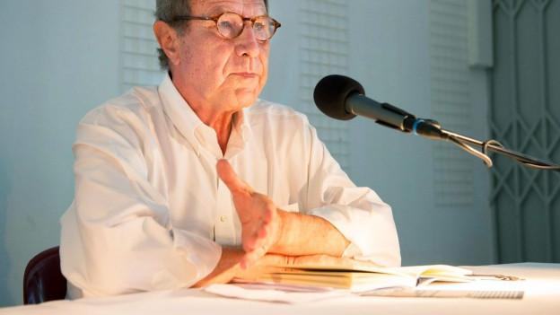 Dichter, Verleger und Übersetzer Michael Krüger an einer Lesung.