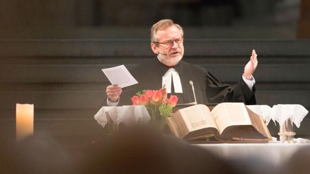 Pfarrer Christoph Siegrist bei einer Predigt im Grossmünster