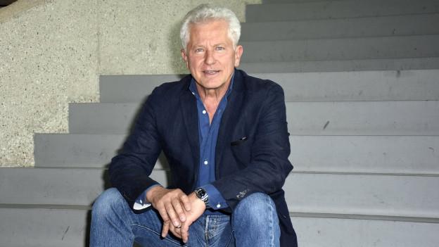 Miroslav Nemec sitzt auf einer Treppe