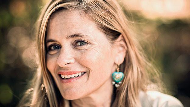 Porträt von Sabine Gisiger.