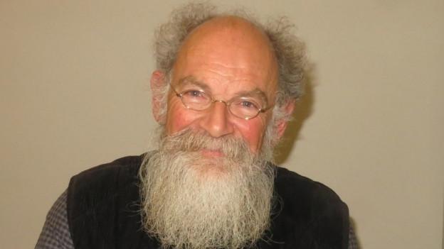 Ein älterer Mann mit langem Bart.