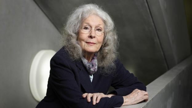 Eine ältere Frau mit mächtiger grauer Haarpracht.