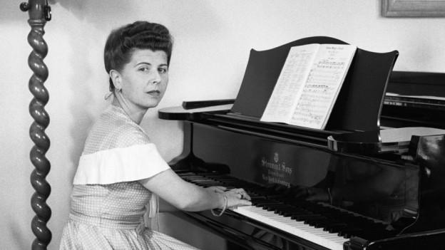 Schwarz-Weiss Foto einer Frau am Klavier