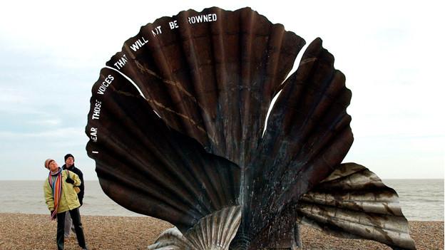Eine Jakobsmuschel am Stand von Aldeburgh erinnert an den Komponisten.