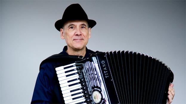 Guy Klucevsek mit einem Akkordeon