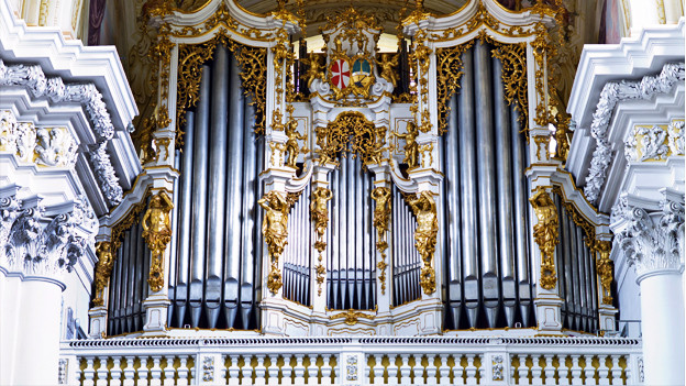Eine gülden verzierte Orgel im Kloster St. Florian.