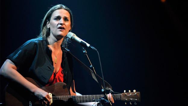 Eine Künstlerin sing auf der Bühne.