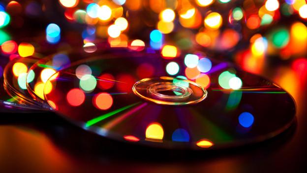 CDs vor bunten Lichterketten