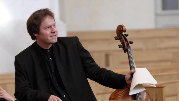 Ein Cellist mit seinem Cello.