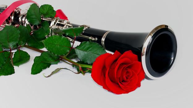 Klarinette mit Rosen daneben.