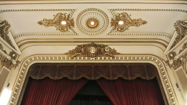 Stukaturen in einem Theater.