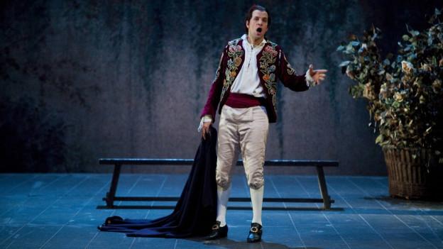 Luca Parisoni interpretiert auf einer Pariser Bühne Mozarts Oper Figaro.
