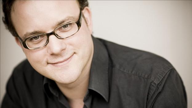 Der britische Pianist Nicolas Hodges kennt beim Klavierspielen keine Grenzen.