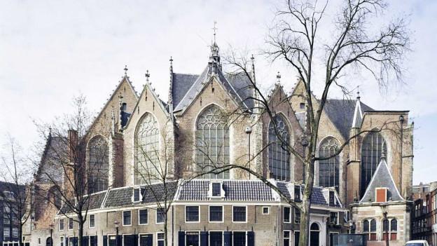 Alte Kirche an einem Kanal