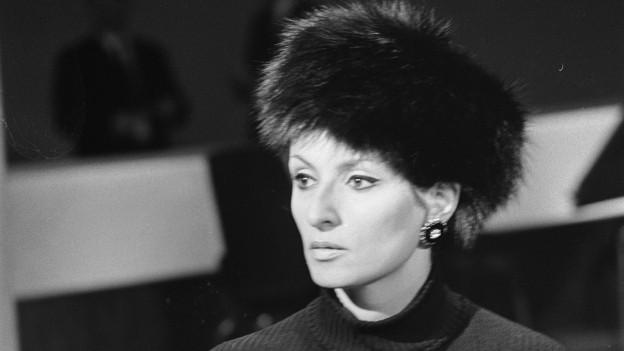 Schwarzweissportrait einer eleganten Frau mit schwarzem Fellhut
