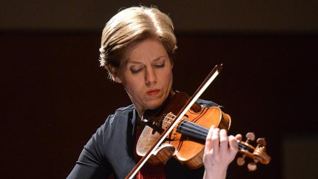 Eine Frau spielt auf einer Geige