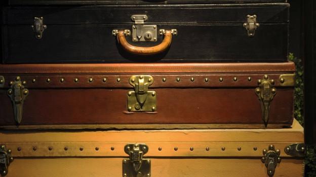 Ein Stapel mit Koffer.