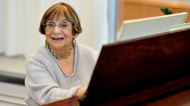 Ursula Mamlok am Klavier.