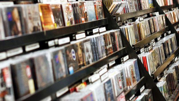 Ein CD-Regal in einem Geschäft.