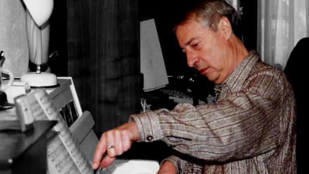 Luc Ferrari sitzt am Klavier.