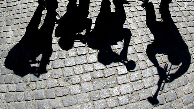 Die Schatten von Musikanten mit Blasinstrumenten