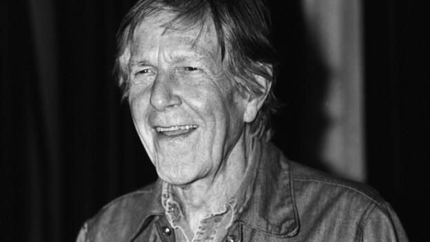John Cage hat graue Haare.