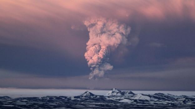 Island: Farbiger Himmel mit Rauchsäule.