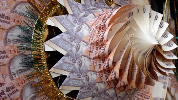 Windrad das aus unzähligen indischen Banknoten gefaltet wurde