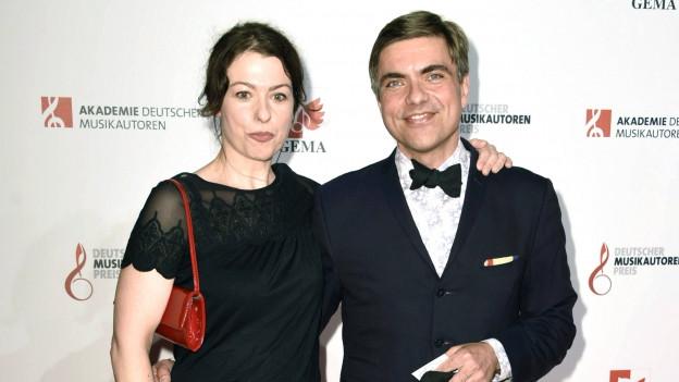 Ein Mann und eine Frau auf einem roten Teppich