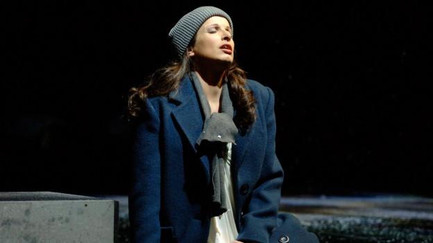 """Nicola Beller Carbone in der Rolle der Katerina Ismailowa waehrend einer Probe zur Oper """"Lady Macbeth von Mzensk"""" auf der Buehne des Theaters St. Gallen."""