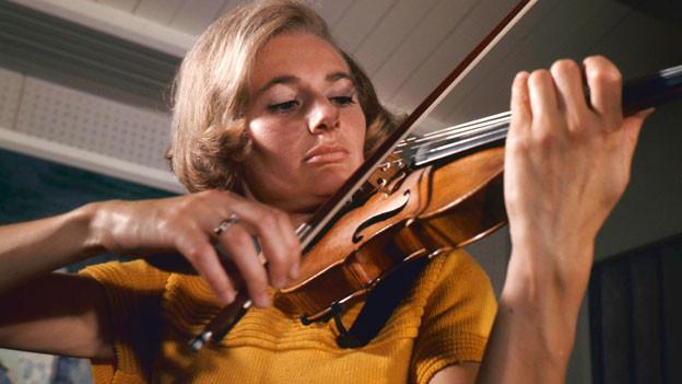Ursula Bagdasarjanz mit einer Stradivari aus der Sammlung Rolf Habisreutinger.
