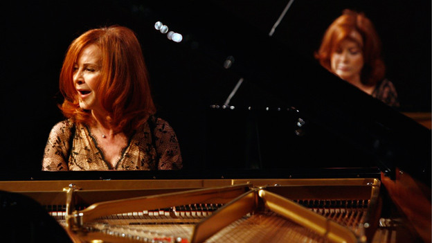 Zwei Frauen sitzen am Klavier.