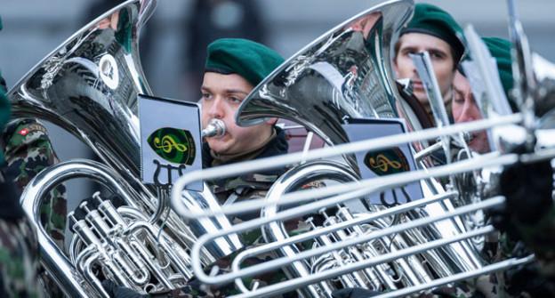 Mitglieder einer Militaermusik RS der Schweizer Armee spielen zum Besuch der Suedkoreanischen Praesidetin Park Geun-hye.