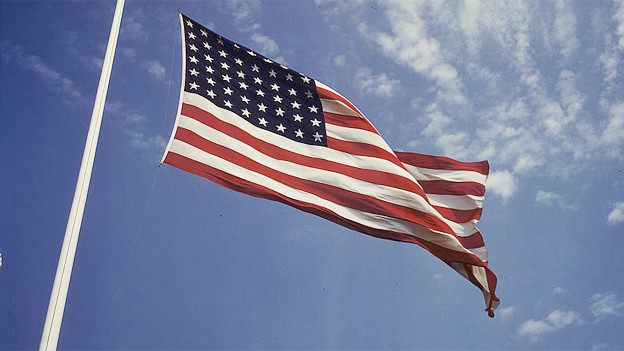 Eine amerikanische Flagge weht im Wind.