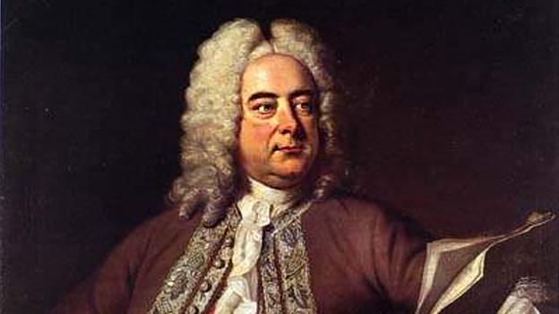 Händel sitzt an einem Klavier.