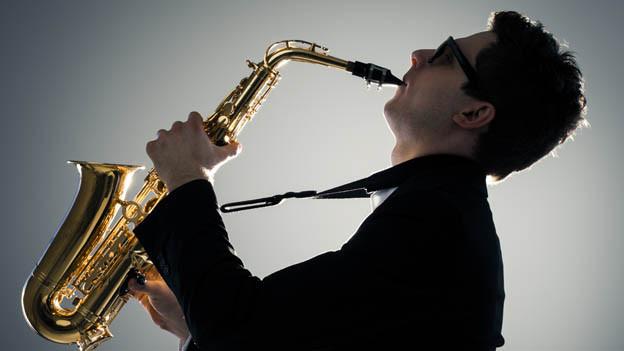 Ein Mann spielt Saxophon.