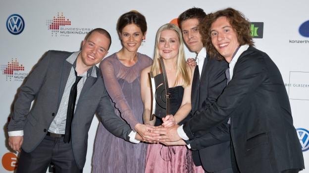 Die Band Spark posiert nach einer Verleihung mit ihrem Preis für die Fotografen.