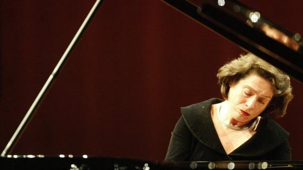 Elisabeth Leonskaja am Klavier.