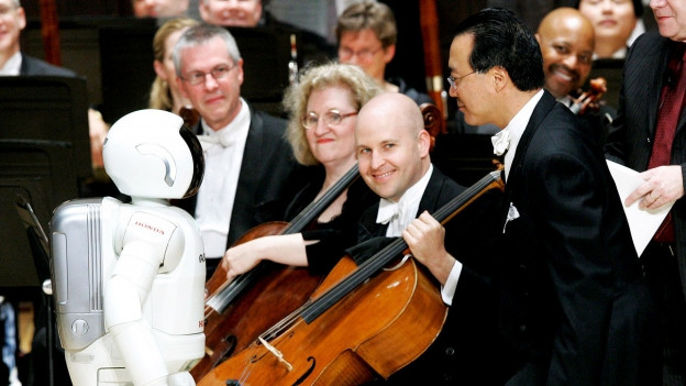 Yo-Yo Ma mimt den Gang des Dirigentenroboter Asimo nach einer Aufführung des Detroit Symphony Orchestras.