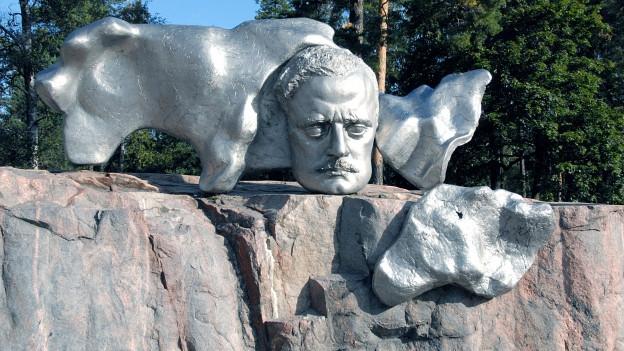 Eine abstrakte Skulptur aus Metall, in der ein Kopf zu erkennen ist.