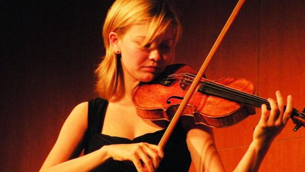 Alina Ibragimova spielt Geige.