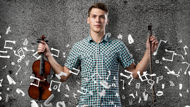 Ein Geiger mit dem Bogen in der einen und einer Geige in der anderen Hand.