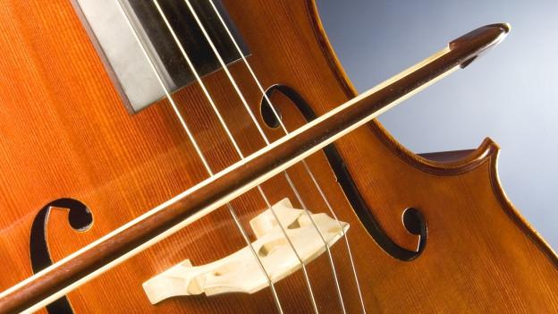 Ein Bogen streicht über Cellosaiten.