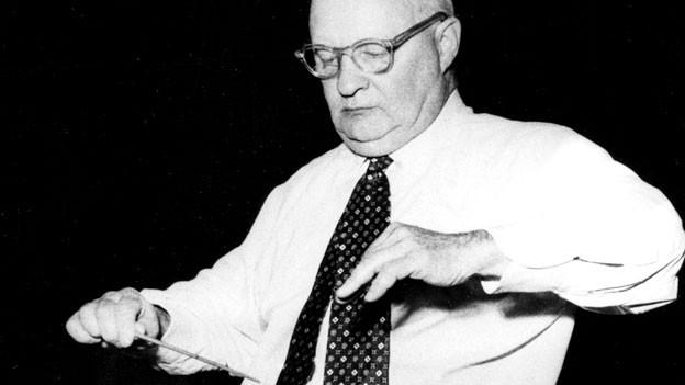 Der Komponist Paul Hindemith (1895-1963) dirigiert während einer Probe. Undatierte Aufnahme.