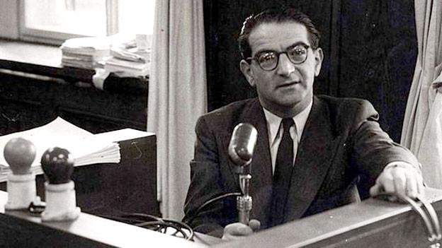 Rudolf Kasztner im Radiostudio des staatlichen Radiosenders Kol Yisrael, wo er als Gastgeber ein Programm in Ungarisch sendete.