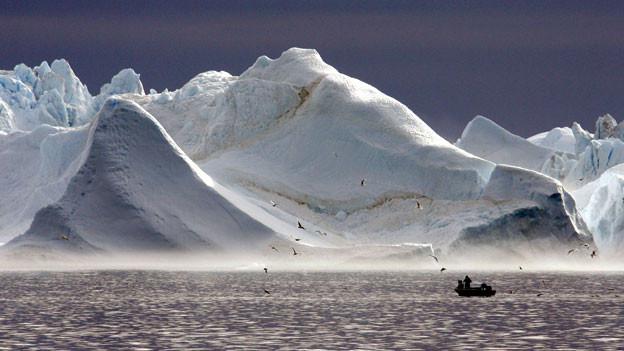 Fischerboot vor Gletscher in Grönland.