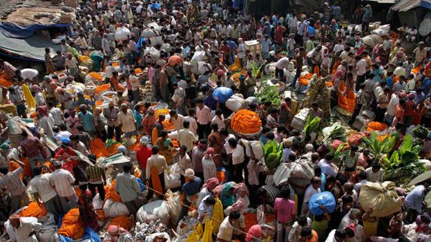 Ein Blick auf das Menschengewimmel auf einem Markt in Kalkutta.