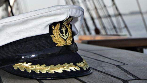 Eine Matrosenmütze in Nahaufnahme auf einem Schiff.