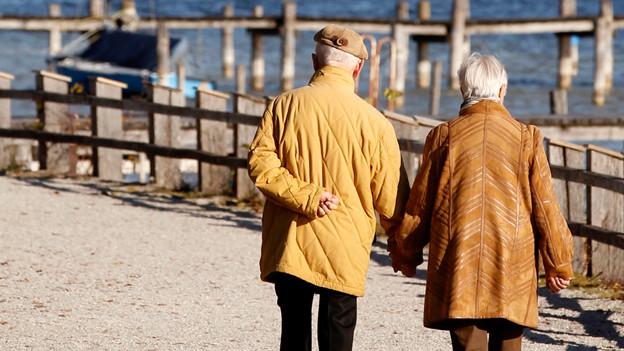 Ein älteres Paar im bayrischen Schondorf, November 2011.